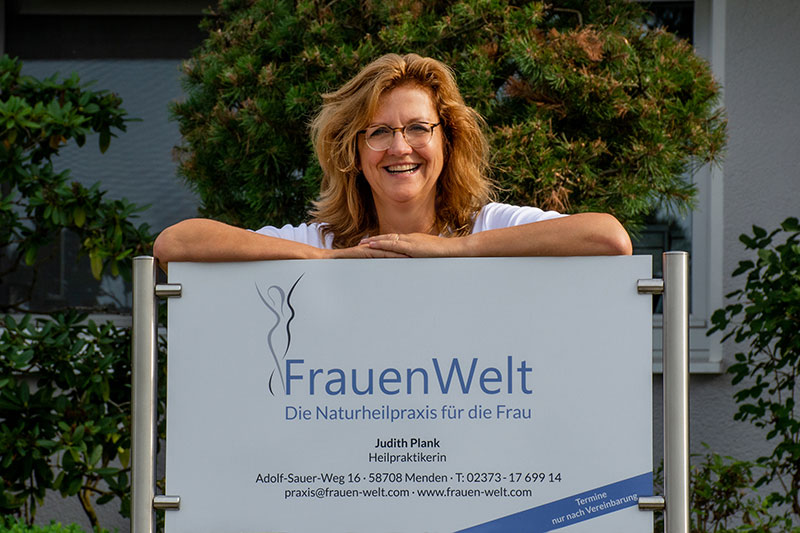 Judith Plank mit dem Praxischild - FrauenWelt