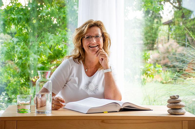 Judith Plank am Beratungstisch - FrauenWelt
